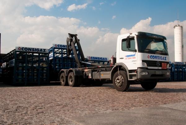 caminhão e gaiolas de gás consigaz